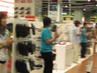 Физминутка в спорт.магазине. Тайланд. почему наши продавцы не танцуют))